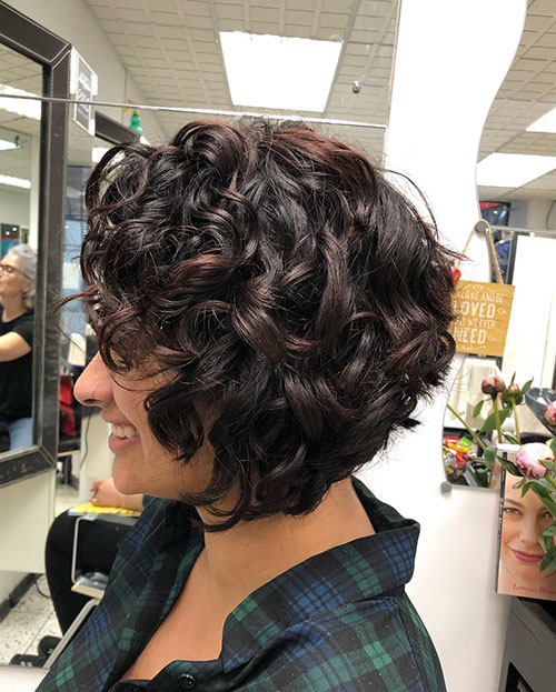Short-Curly-Hairstyle-for-Round-Faces-12 20 Amazing Short Curly Hairstyle for Round Faces