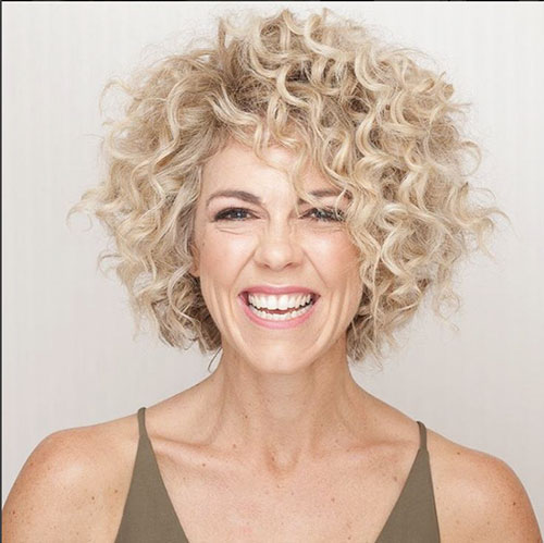 Short-Curly-Hairstyle-for-Round-Faces-2 20 Amazing Short Curly Hairstyle for Round Faces